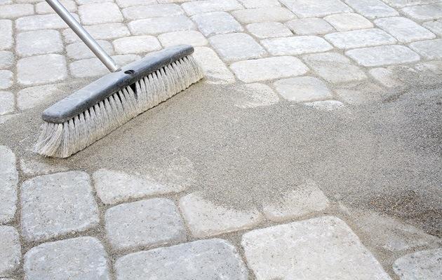 Oprit in kleiklinkers schoonmaken