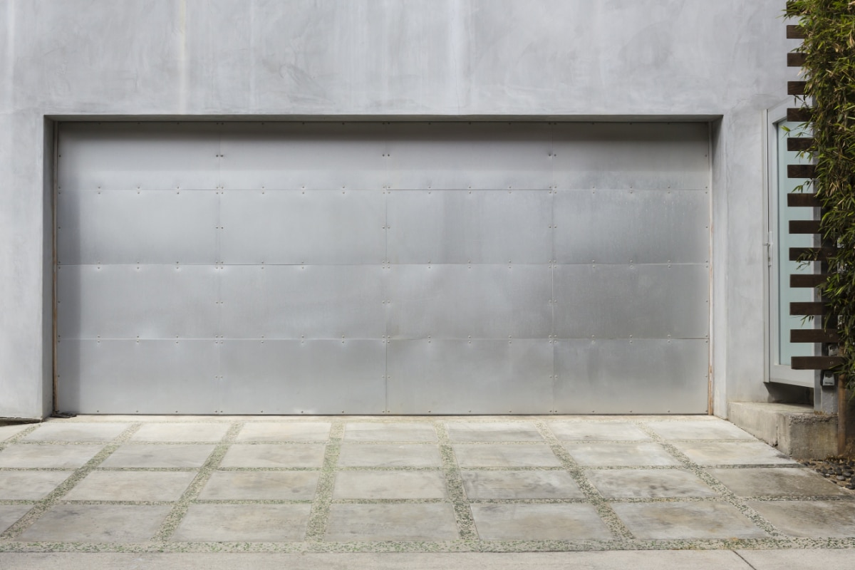 oprit met tegels in beton